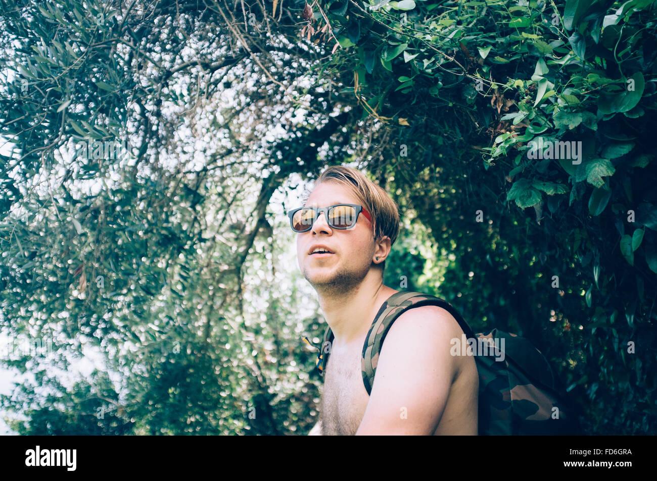 Portrait de jeune homme en vertu de l'arbre Photo Stock