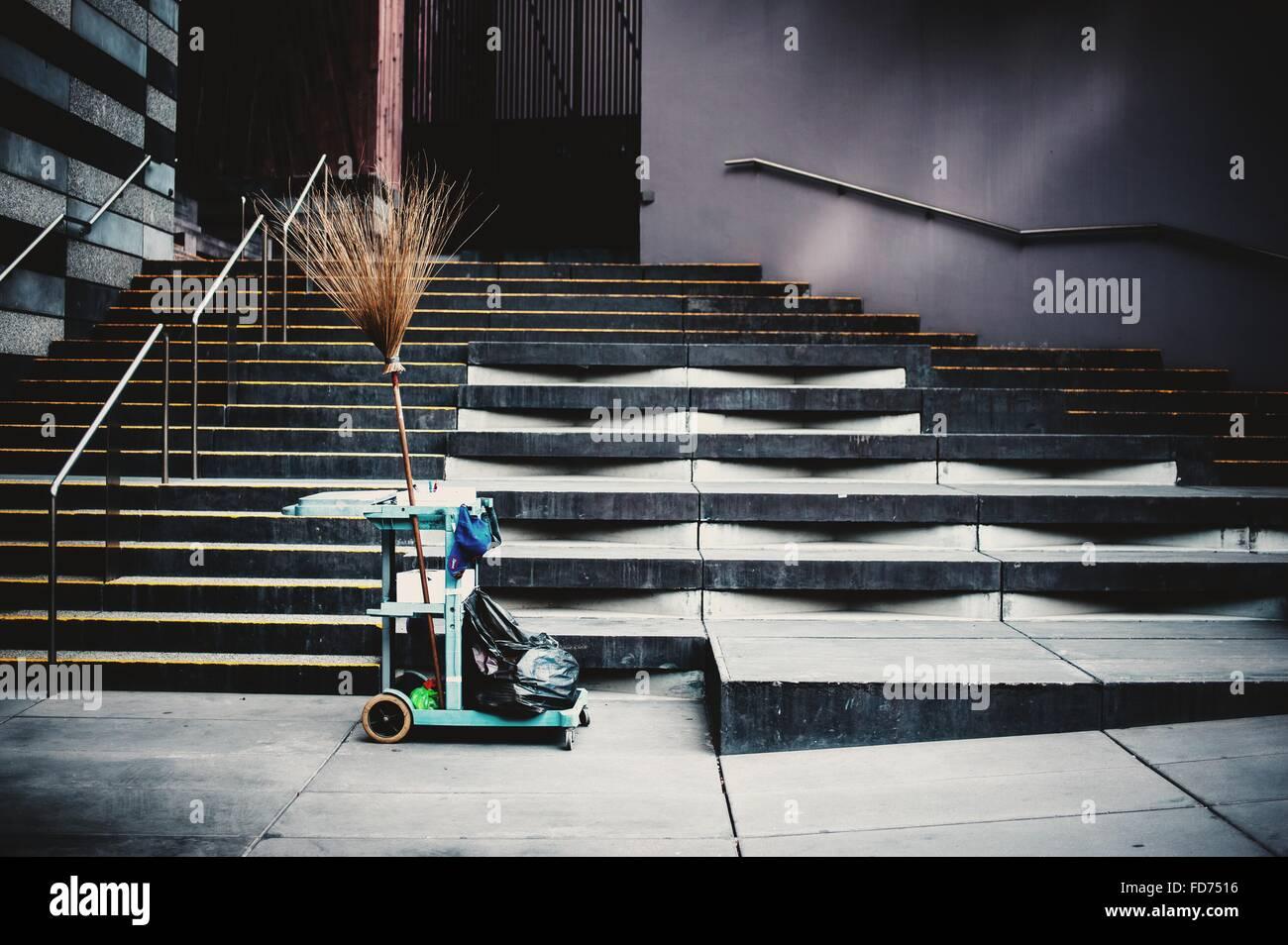 Panier de nettoyage On Sidewalk Photo Stock