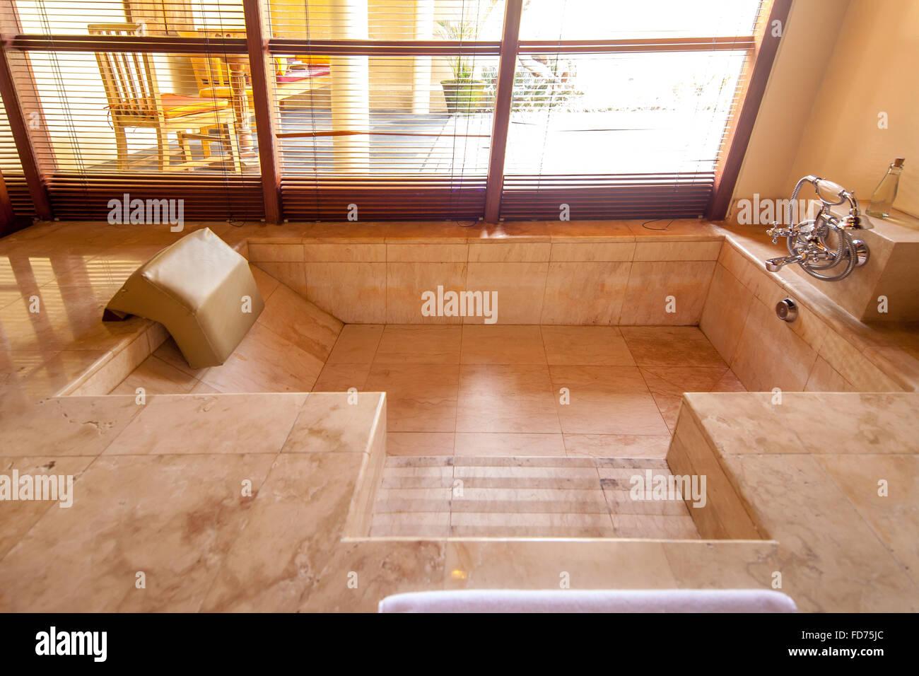 baignoire encastrée, marbre, baignoire, salle de bains dans un bon