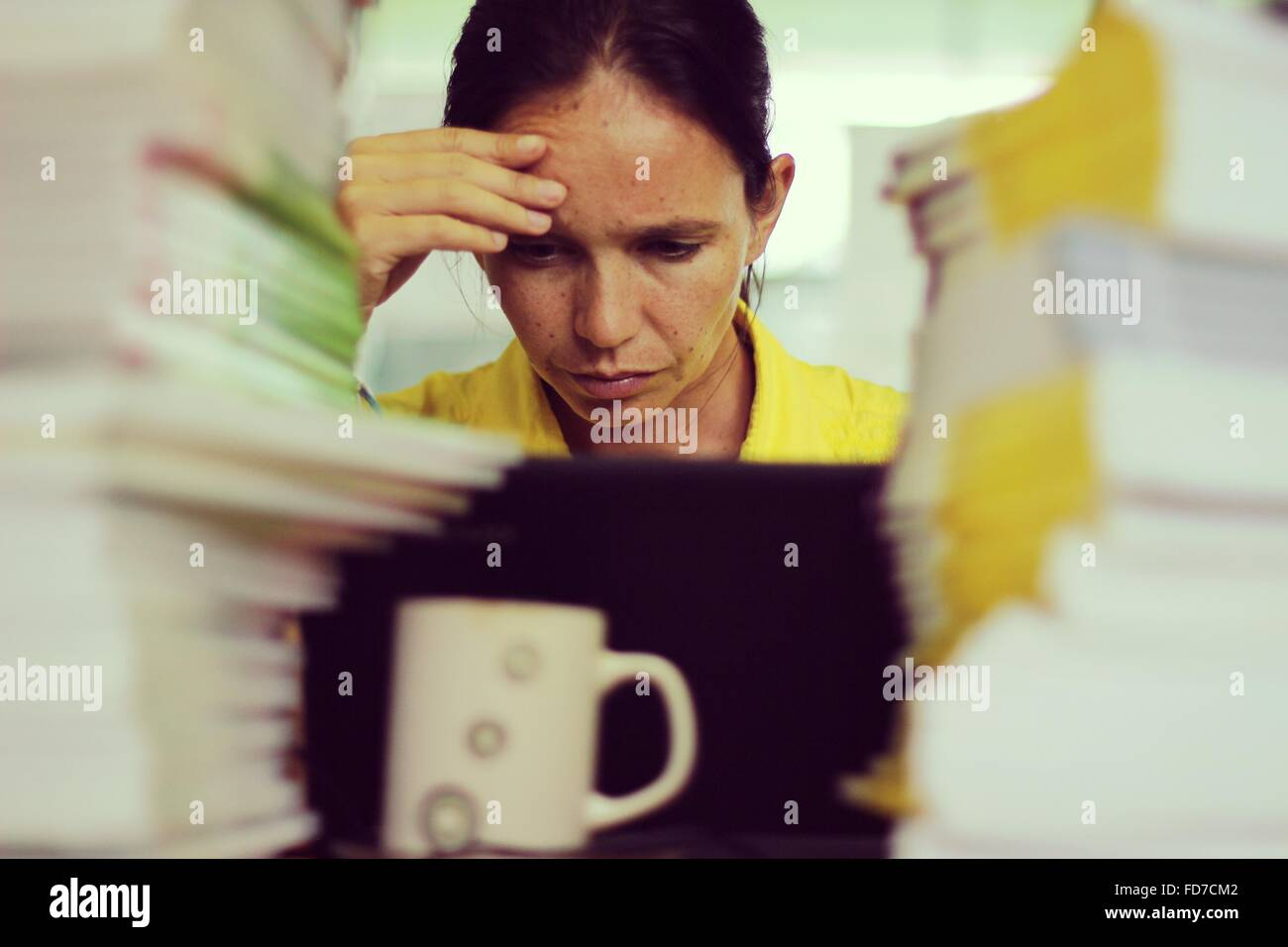 Stressant Woman Working in Office Banque D'Images