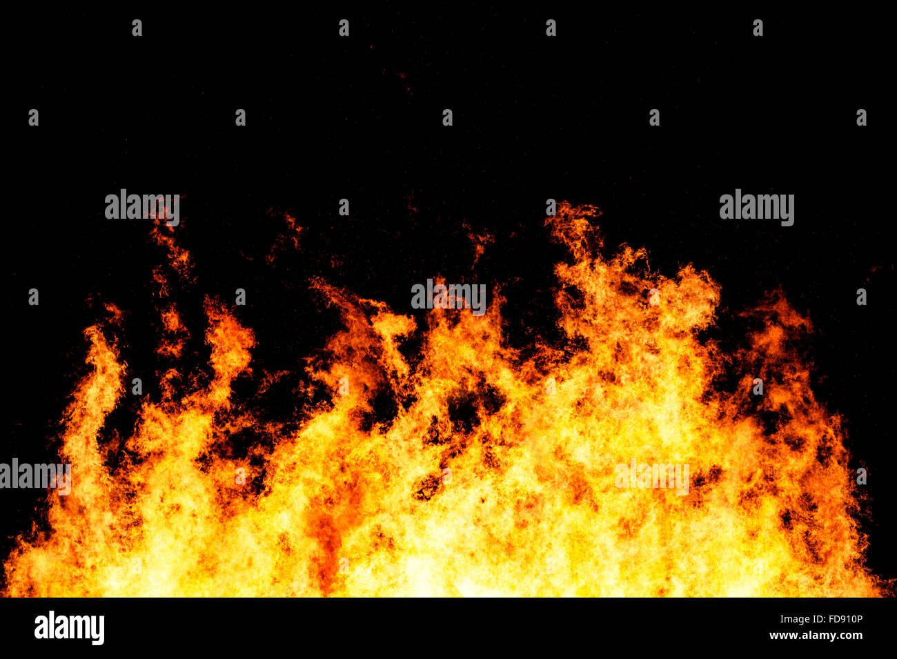 Feu faisant rage tourné à une vitesse d'obturation élevée pour figer le mouvement des flammes Photo Stock