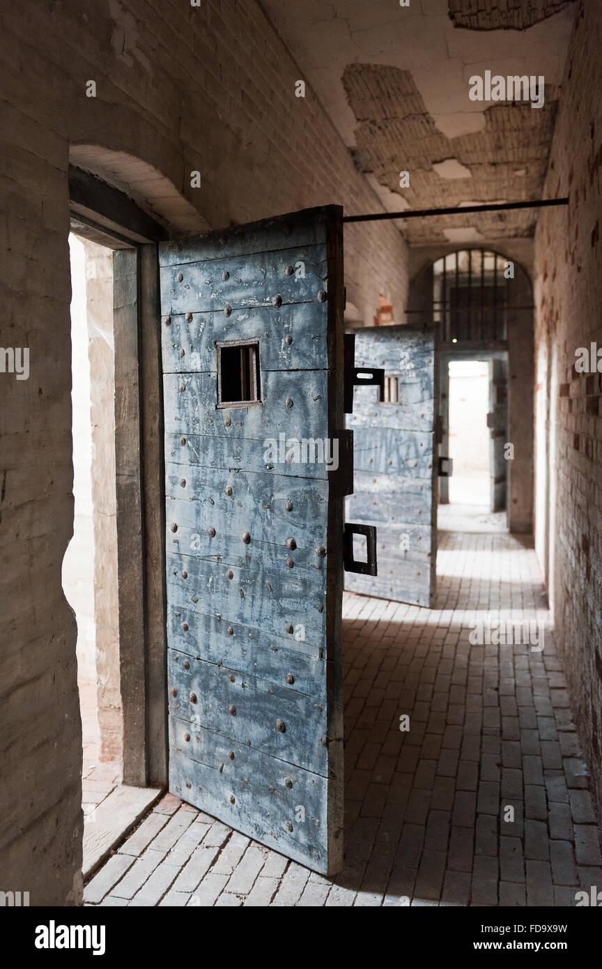 Ouvrir la porte de la cellule dans la prison de Walsingham, Norfolk, UK Photo Stock