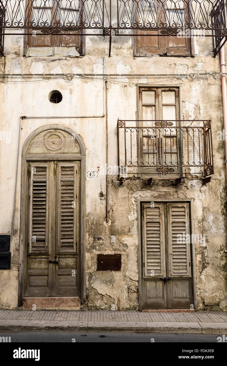 Porte En Bois Et Balcon En Fer Forge Maison De Balestrate Province