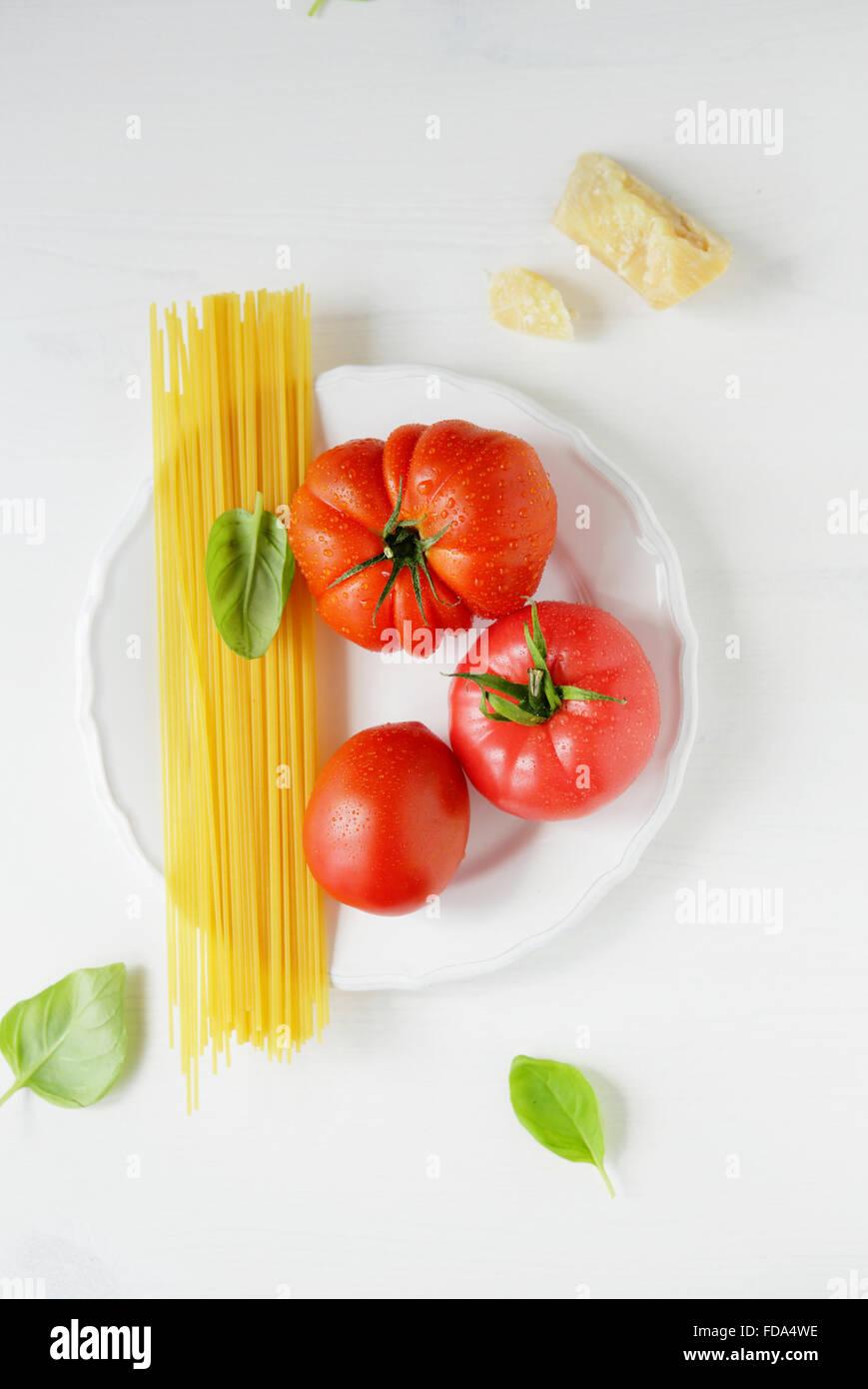 Ingrédients pâtes crues sur la plaque, de l'alimentation au-dessus Photo Stock