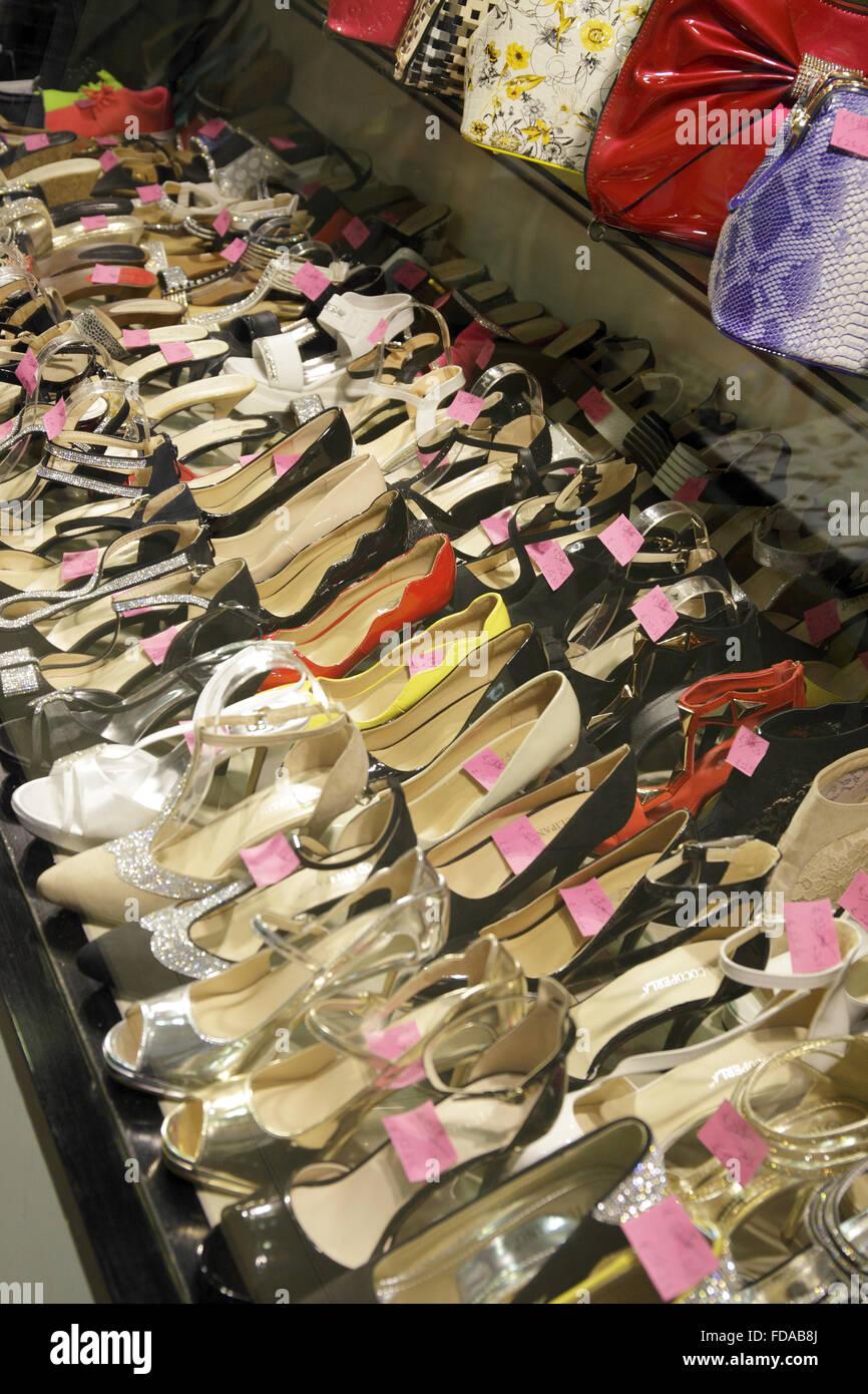 a0e018506b057e Gênes, Italie, la livraison avec les chaussures de femmes dans un magasin  de chaussures