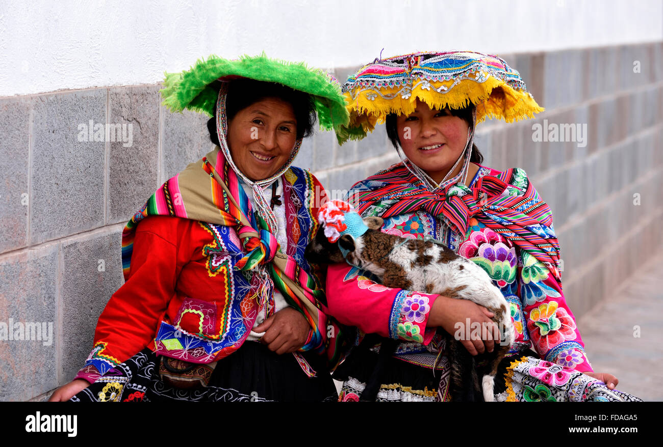 Deux femmes péruviennes en costume traditionnel, Cusco, Pérou Photo Stock