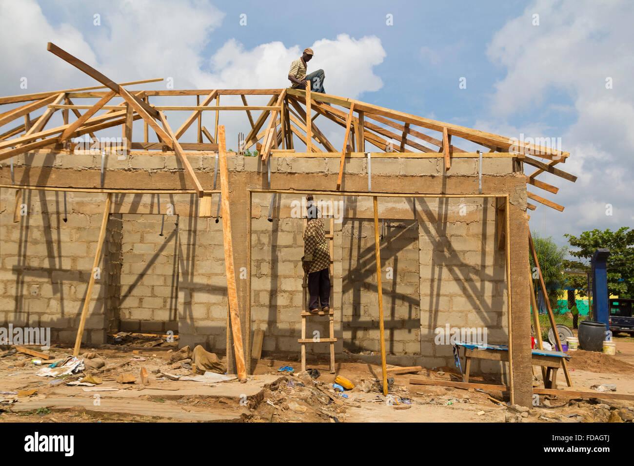 Deux Travailleurs Africains La Construction D Une Maison Typique