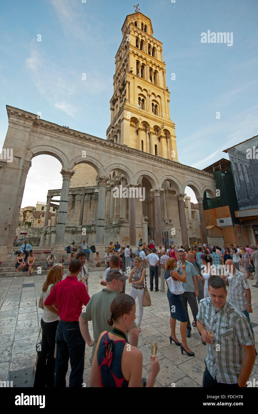 Kroatien, Dalmatien, Split, vor dem Touristen und Saint-domnius Dom des Diokletianpalastes Peristyl dem. Banque D'Images