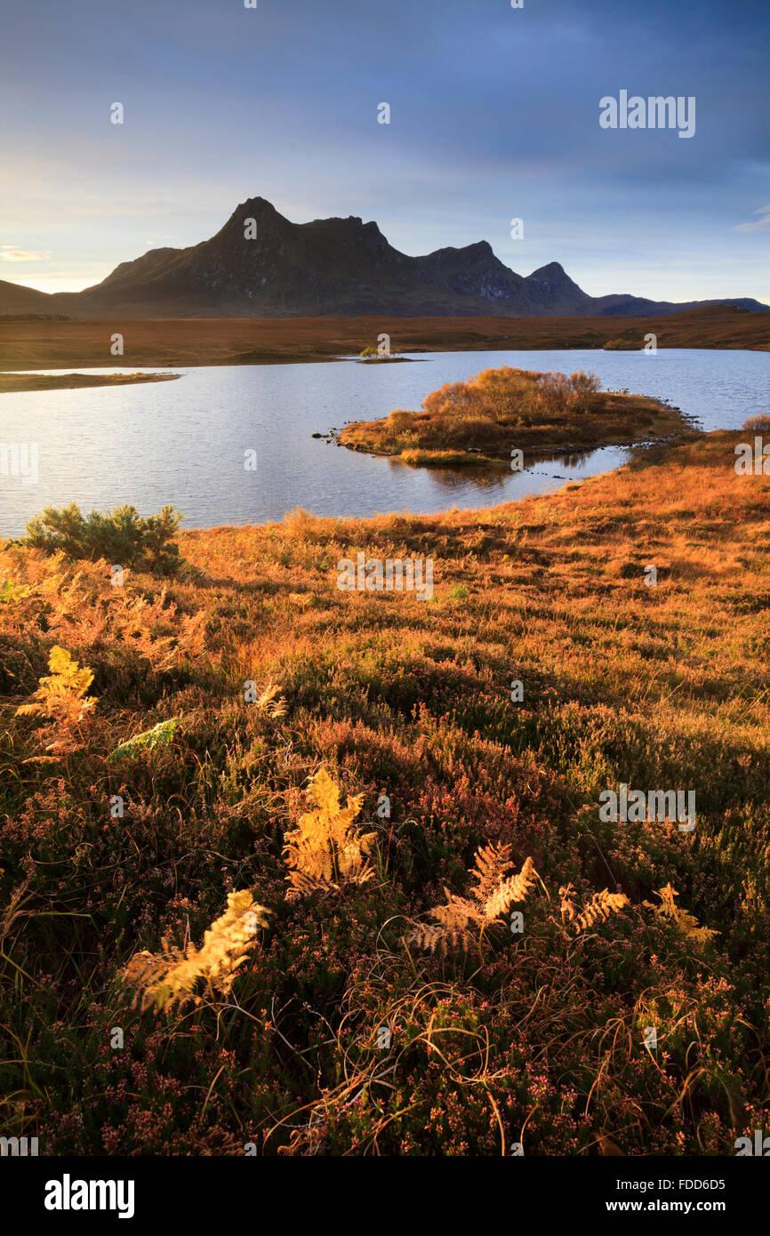 Loch Hakel près de langue maternelle dans le nord-ouest de l'Écosse, avec Ben loyal dans la distance. Photo Stock