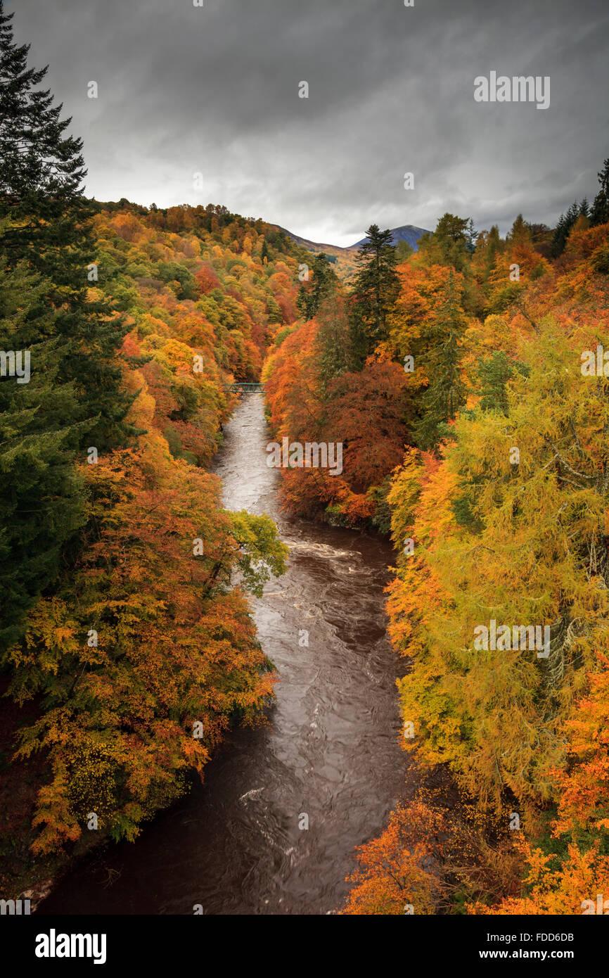 La rivière Garry dans le col de Killiecrankie près de Pitlochry, Perthshire capturé à la fin d'octobre. Banque D'Images