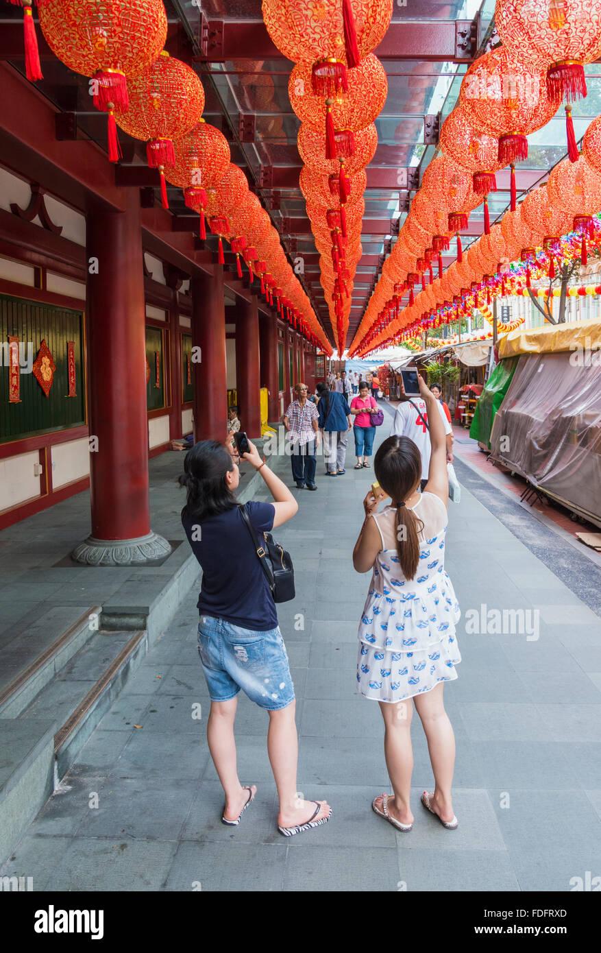 Les personnes qui prennent des photos des lanternes rouges au Buddha Tooth Relic Temple pendant le Nouvel An chinois Photo Stock