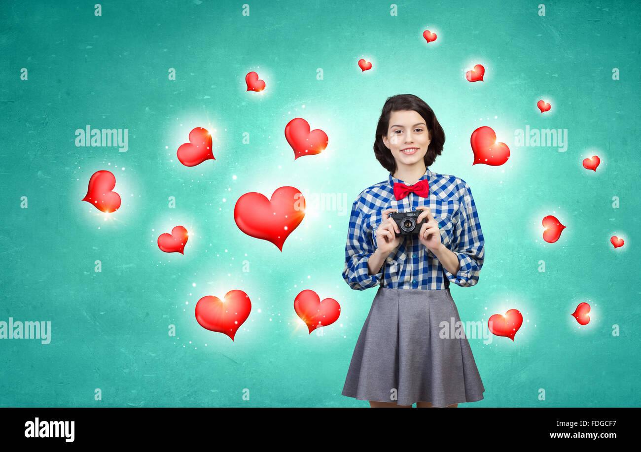Jeune femme belle photo prise avec appareil photo rétro Banque D'Images