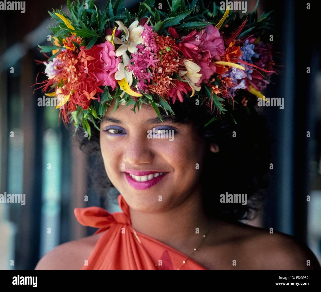Une Couronne De Fleurs De Tahiti Traditionnel Ajoute A La Beaute De