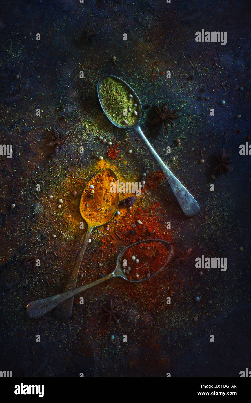 Une sélection d'épices colorés sur une vieille table de zinc Photo Stock