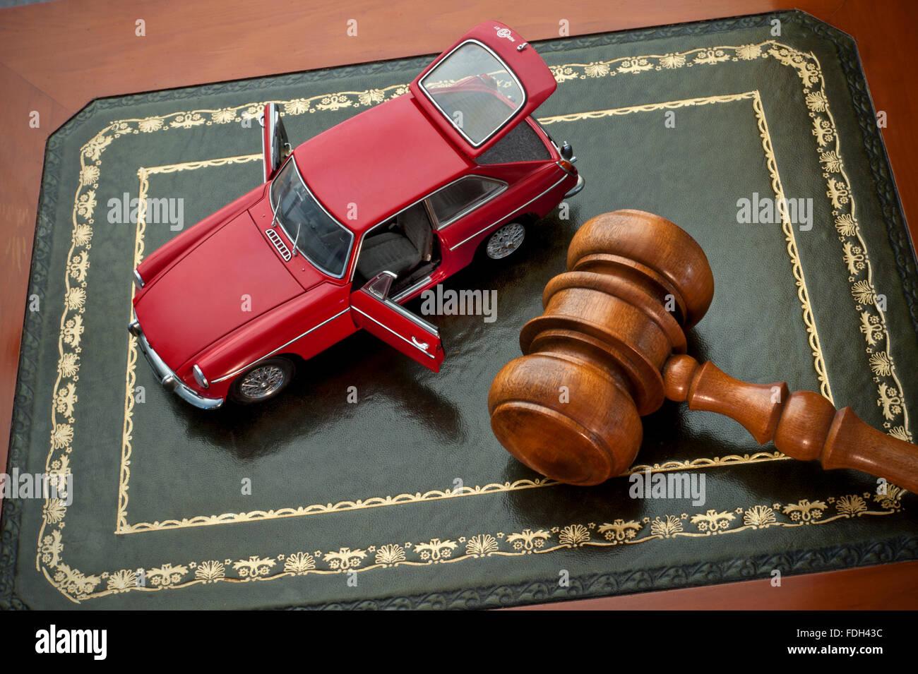 Notion de droit d'enchère de voiture vintage rouge immaculée avec MGB GT cuir 1969 sur vente aux enchères bureau Banque D'Images