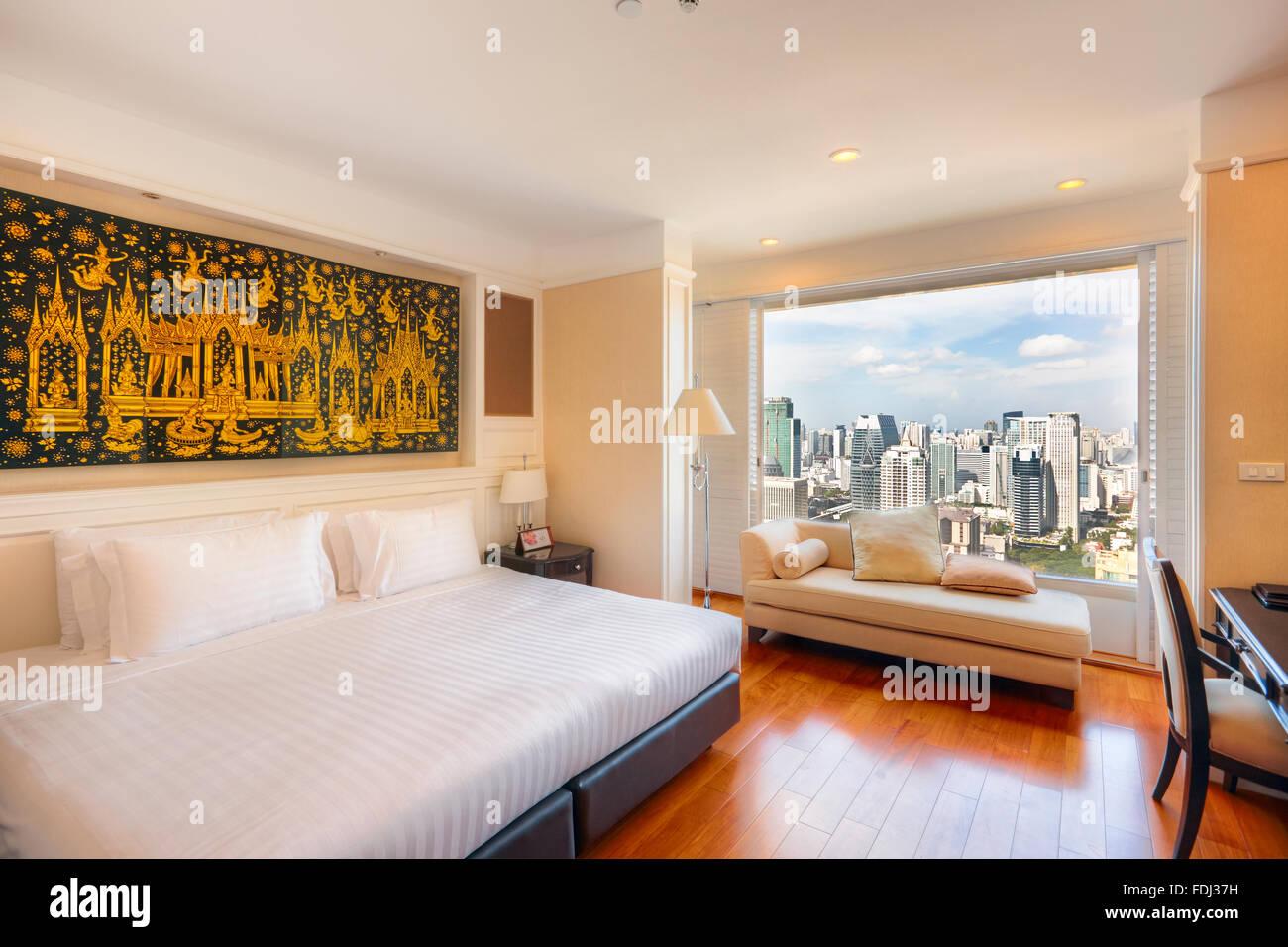 Chambre avec vue panoramique sur la ville dans la Grande Centre Point Hotel Ratchadamri. Bangkok, Thaïlande. Photo Stock