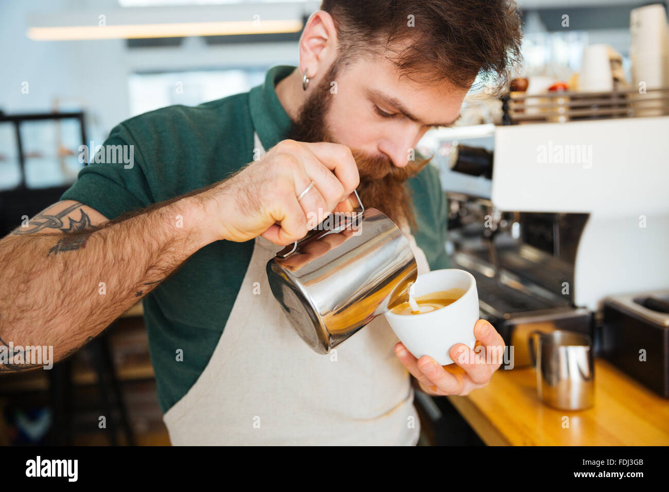 Faire un cappuccino Barista in coffee shop Photo Stock