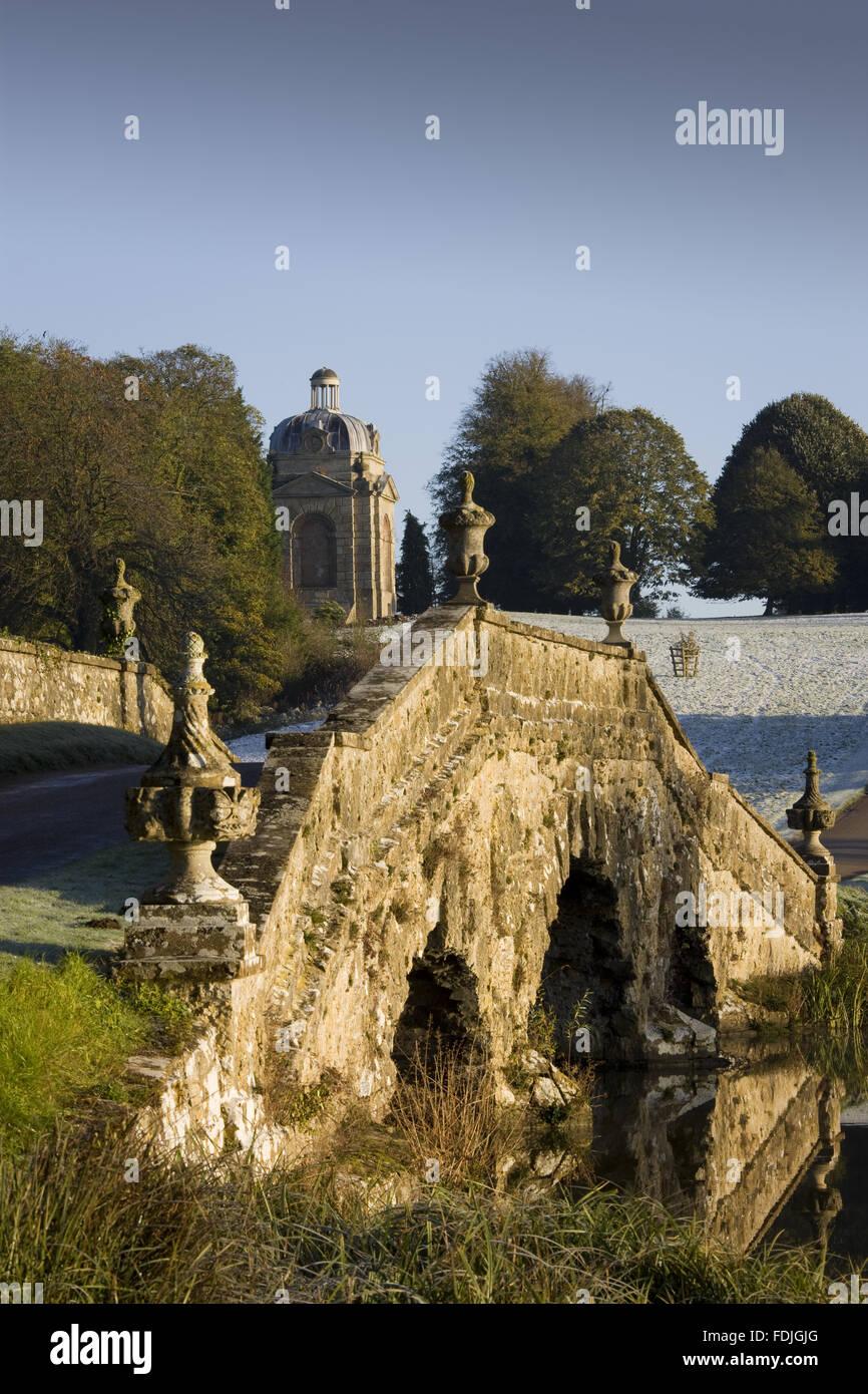 Le pont d'Oxford avec urnes et de pierre rustique sur un jour froid à Stowe paysage de jardins, dans le Buckinghamshire. Banque D'Images