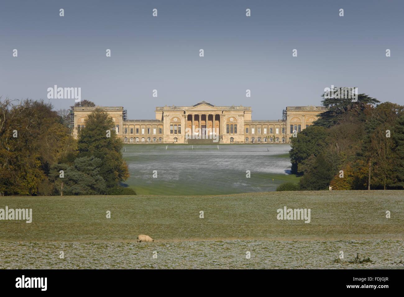 Vue vers le sud avant de la maison, maintenant utilisé comme une école, remanié au xviiie siècle à Stowe paysage de jardins, dans le Buckinghamshire. Image montre bien qui n'est pas propriété du National Trust Banque D'Images