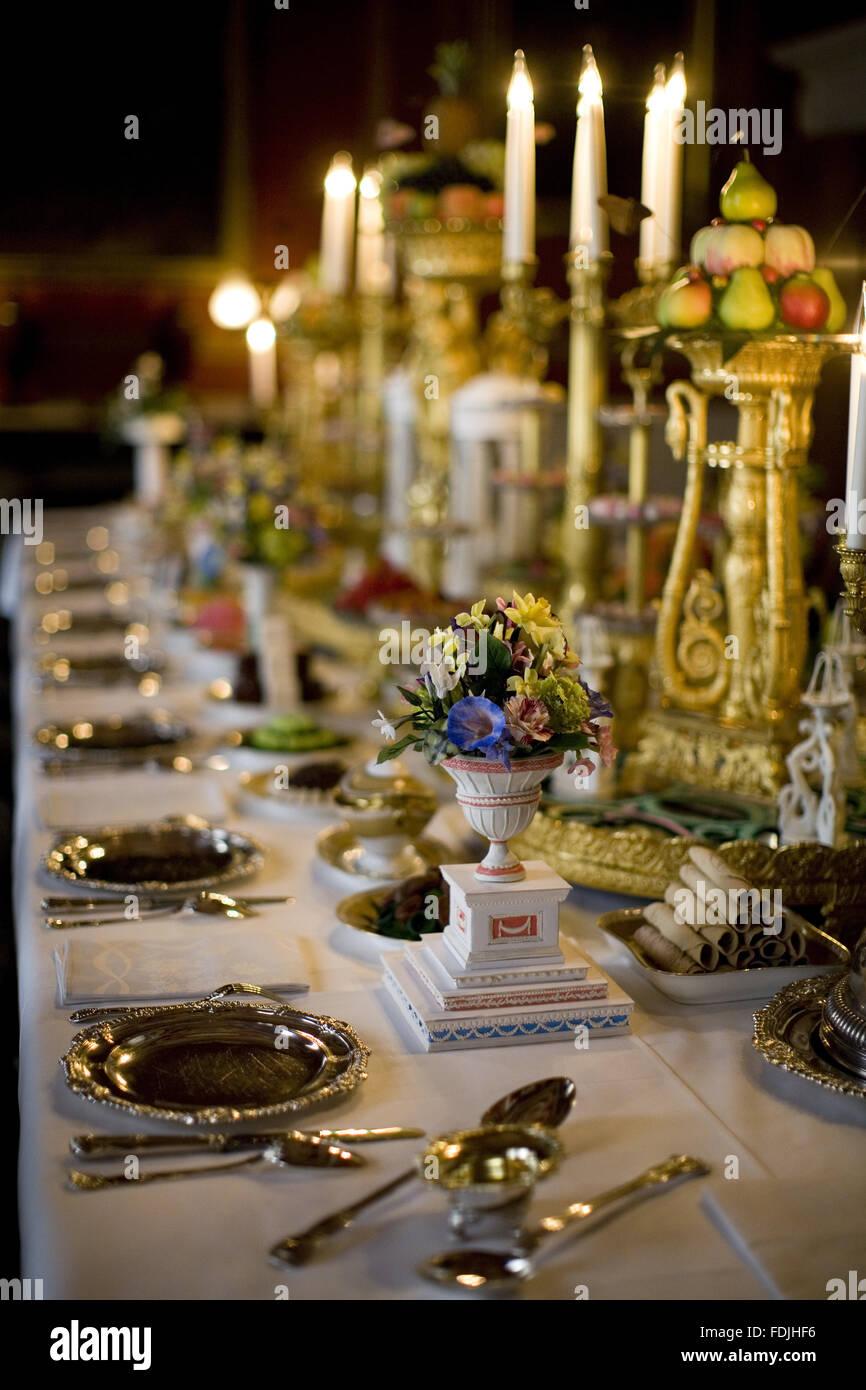 Table de salle à manger et d'arrangements floraux avec chandelier et de la table dans la salle à manger à Attingham Park, Shrewsbury, Shropshire. Banque D'Images