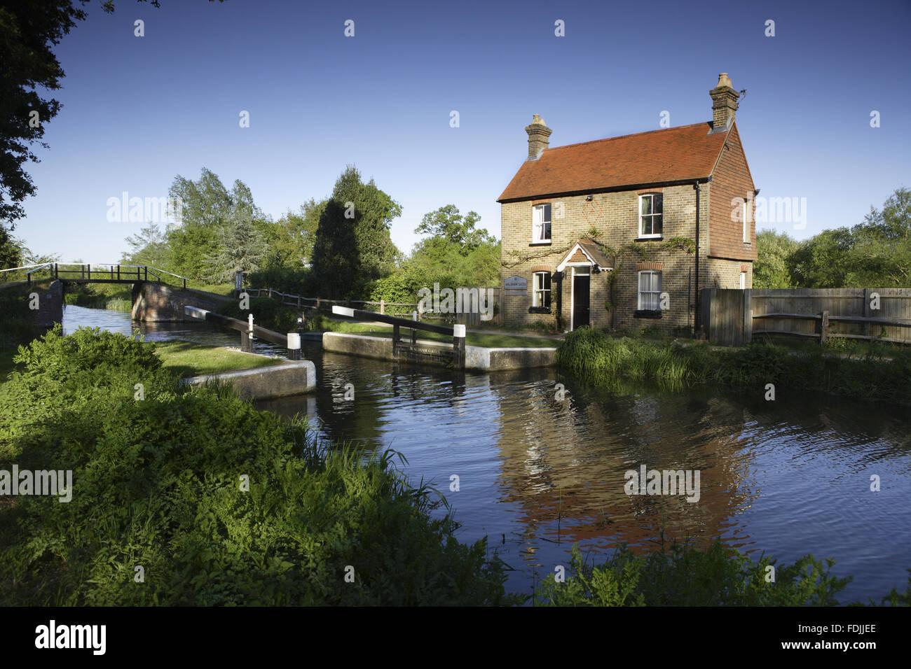 Walsham portes et des éclusiers cottage sur la rivière Wey Navigations, Surrey. Banque D'Images