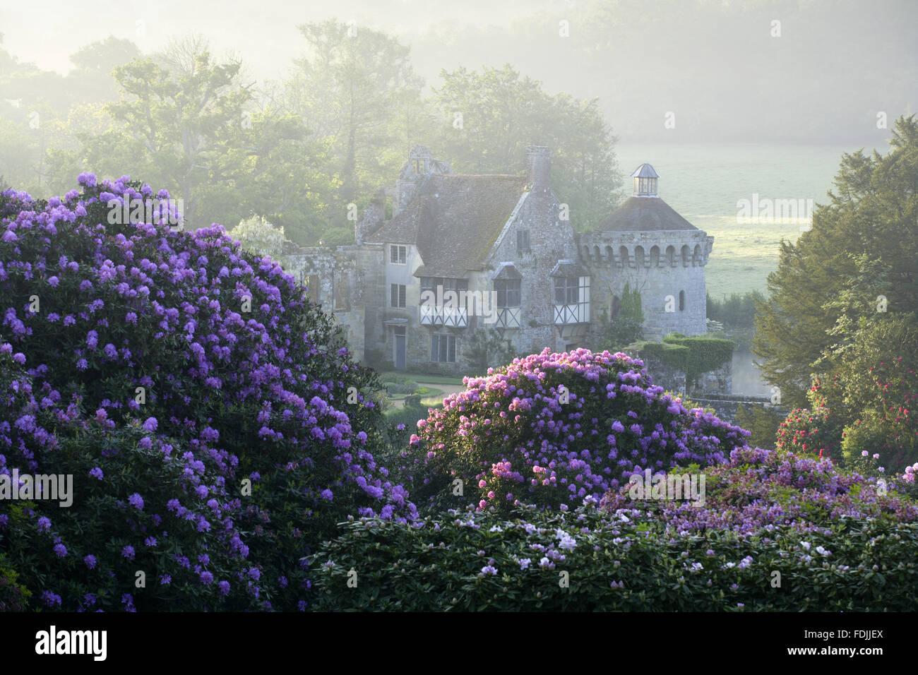Les ruines du quatorzième siècle château à douves, Lamberhurst Scotney, Kent, situé au milieu de beaux jardins. Banque D'Images
