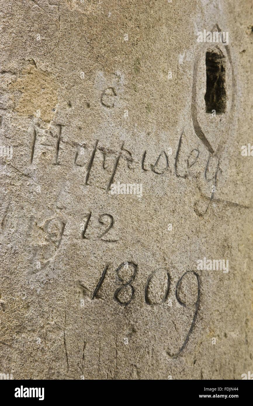 1809 Graffiti en date du sur le pont palladien au paysage du parc Avant jardin, salle de bain. Photo Stock