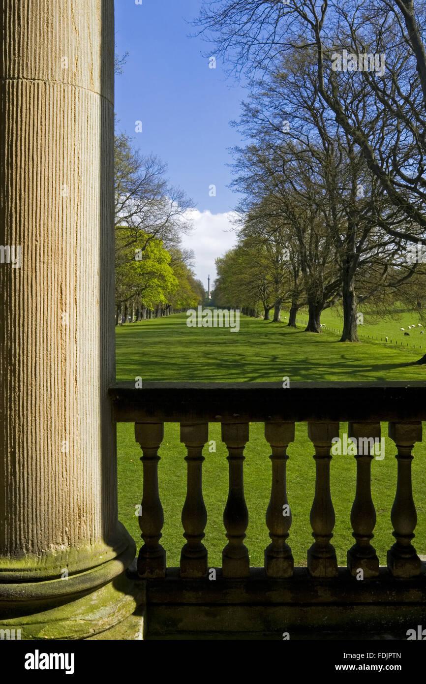 Vue vers le bas la longue marche ou Avenue des chênes de la chapelle à The Green Lawns, Newcastle upon Tyne. George Bowes a hérité de la succession en 1722 et les motifs paysagers autour de Gibside Hall. Banque D'Images
