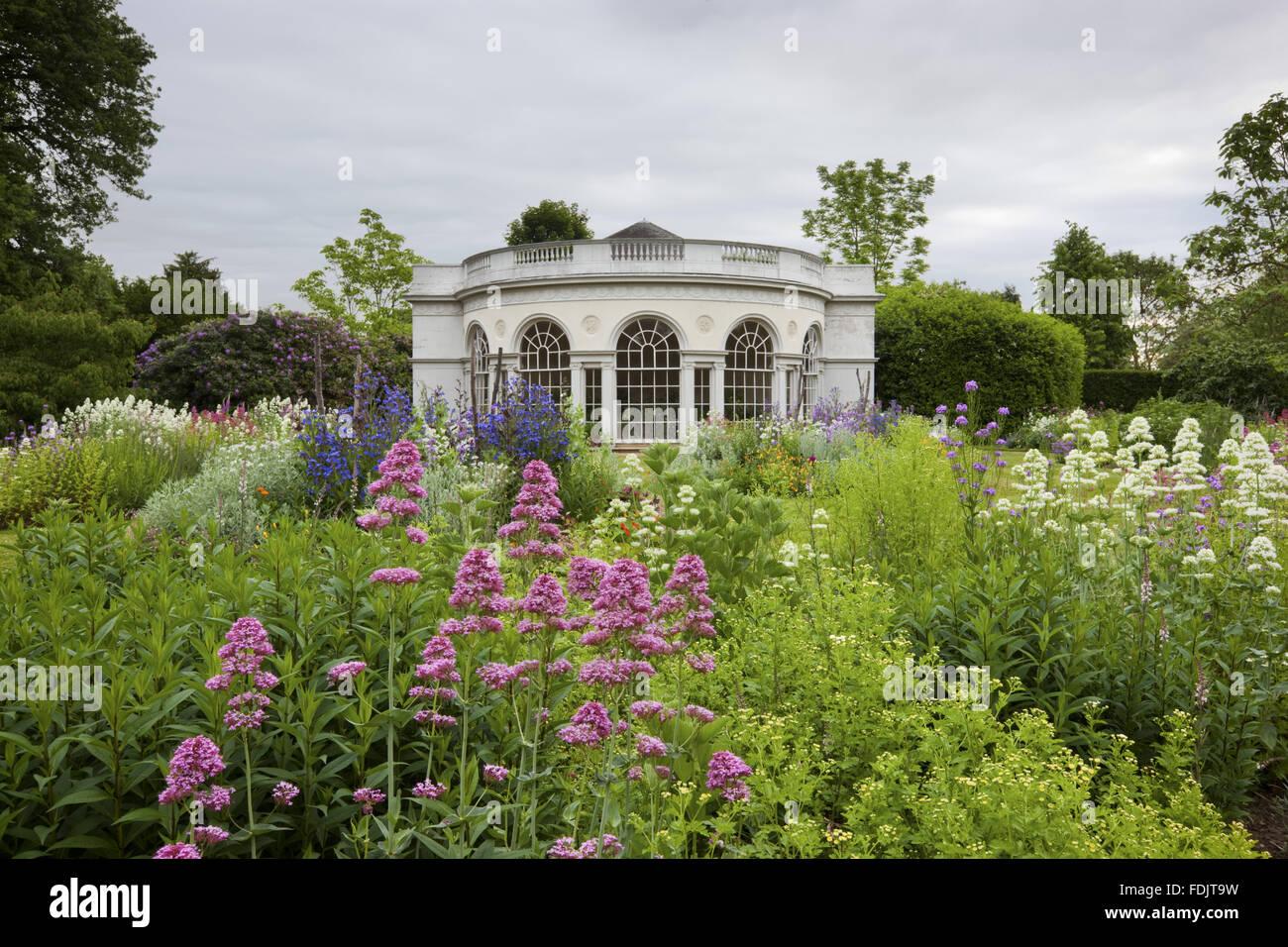 La maison du jardin, construit en 1780 par Robert Adam, dans le motif de plaisir à Osterley, Middlesex. Le bâtiment a une façade semi-circulaire et de pilastres ioniques. Banque D'Images