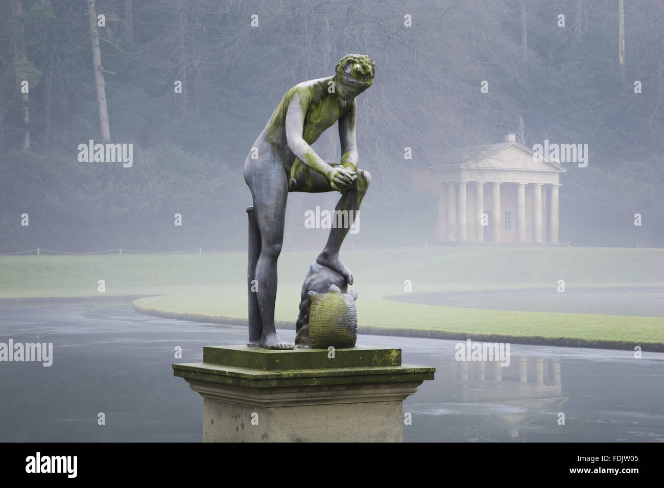 Une vue d'hiver brumeux, d'une statue devant le Temple de la Piété à Studley Royal Water Garden, Yorkshire du Nord. Les jardins ont été créés en 1716 par John Aislabie et poursuivie par son fils William, à la fin du dix-huitième siècle. La statue est de Cincinnat Banque D'Images