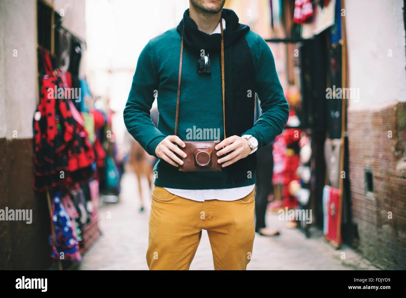 Jeune homme tenant un appareil photo rétro vintage, Séville, Espagne Photo Stock
