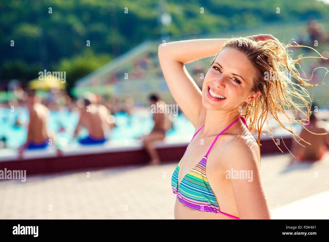 Belle jeune femme dans la piscine Photo Stock