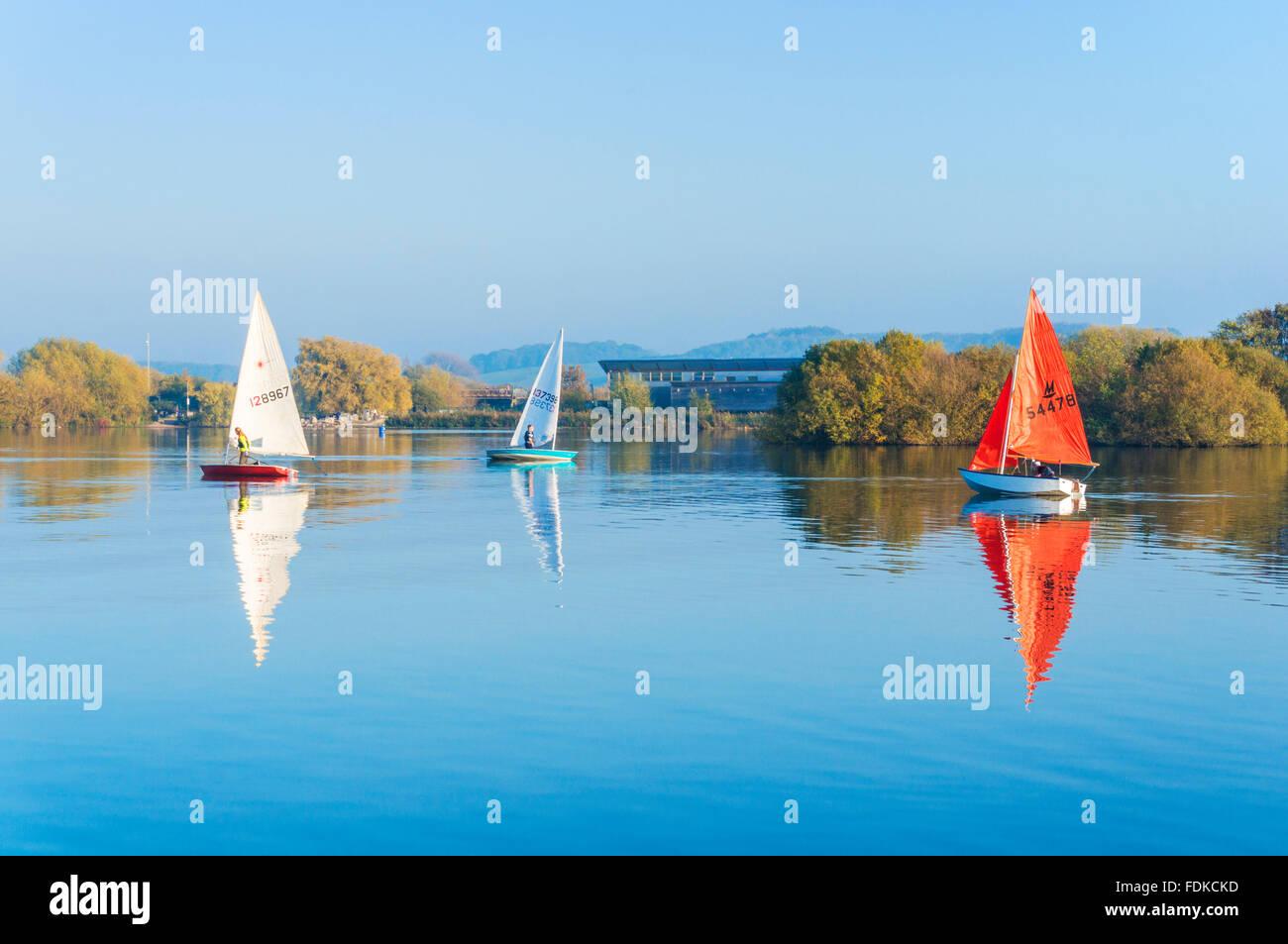 Yachts à voile autour des gravières inondées à Attenborough nature reserve Nottingham Nottinghamshire Photo Stock