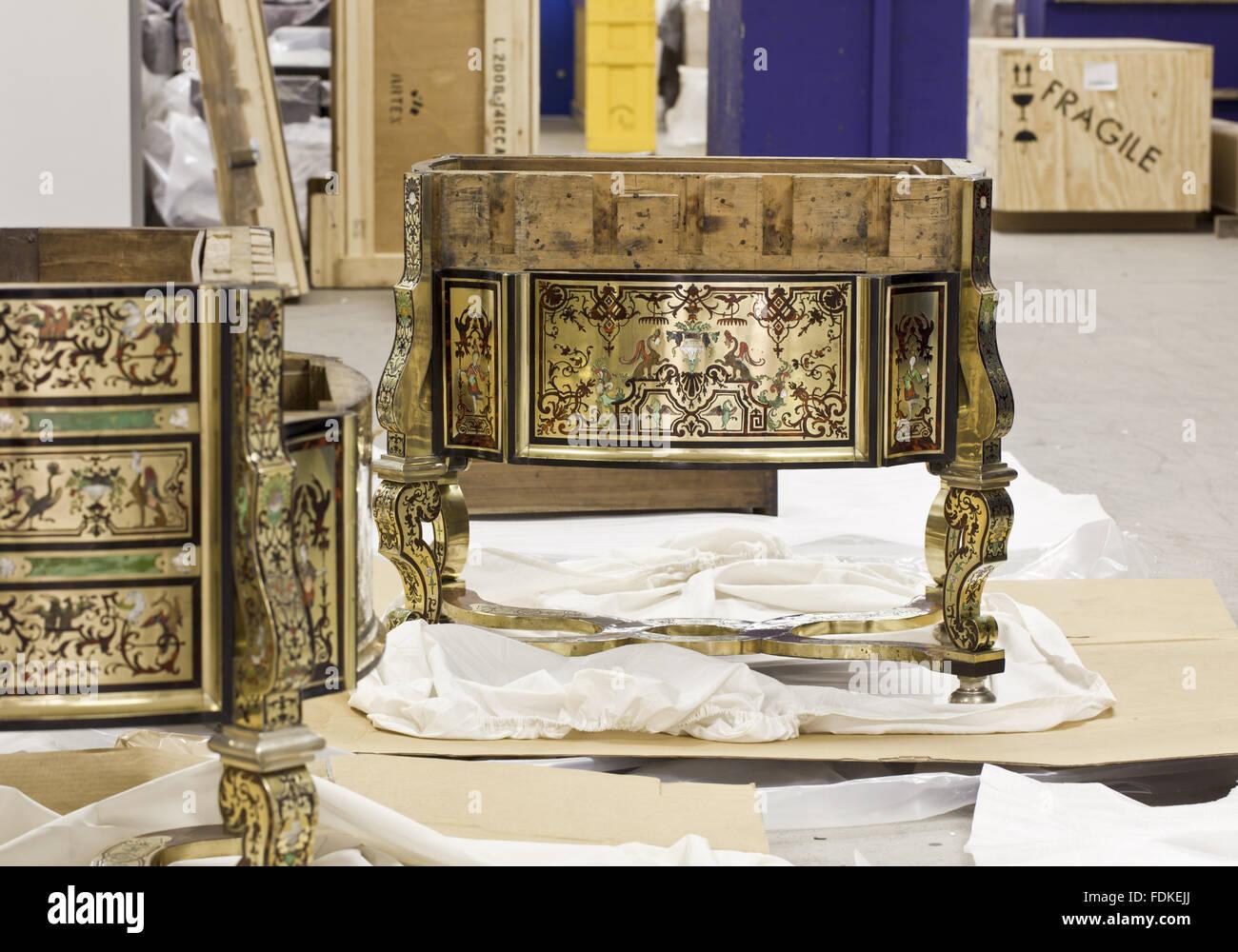 Le bureau ou table de saltram écrit dans un état démantelé dans le