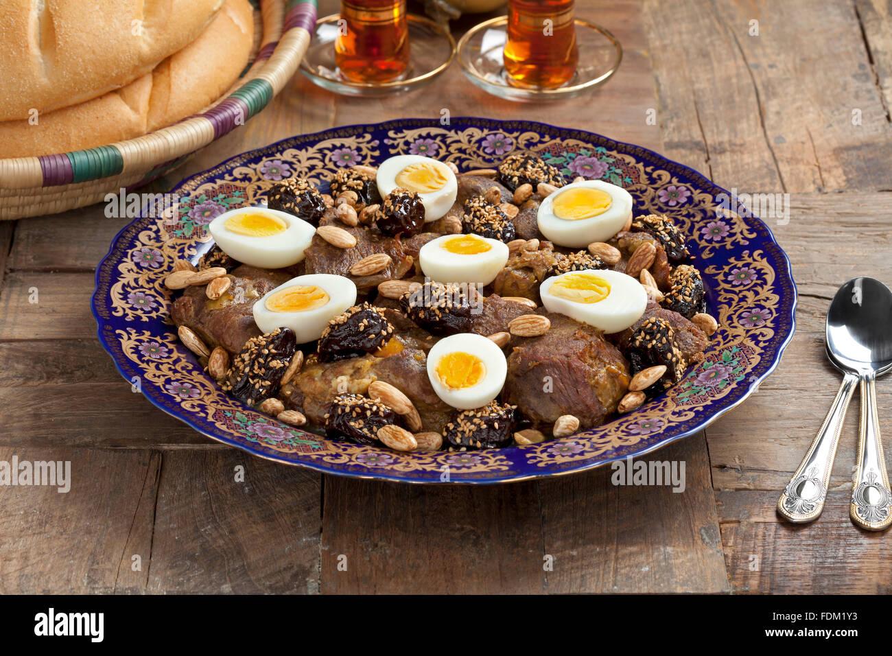Plat de fête marocaine avec de la viande, les prunes,les amandes et les oeufs Photo Stock
