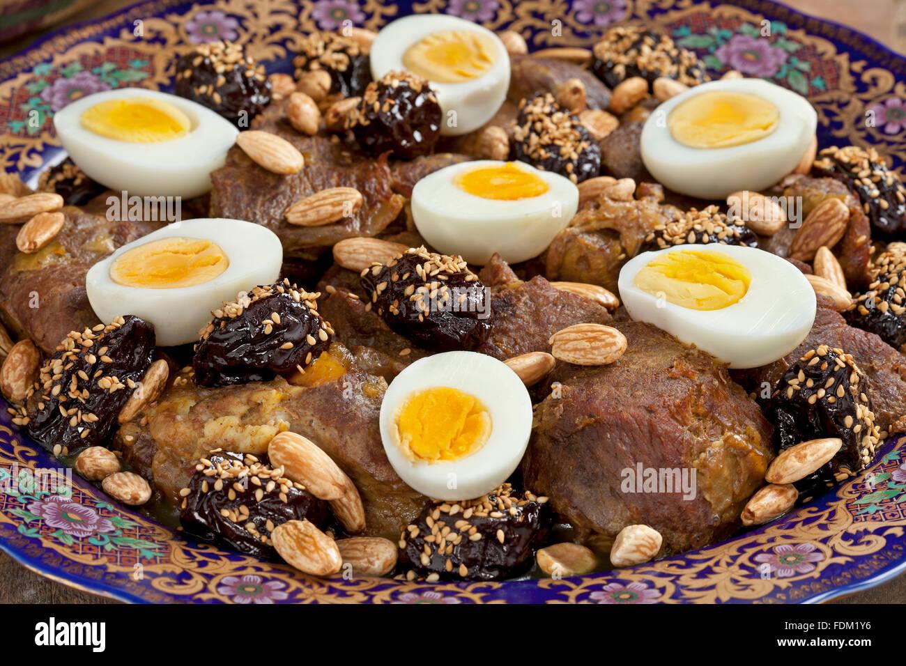 Plat de fête marocaine avec de la viande, les prunes,les amandes et les oeufs close up Photo Stock
