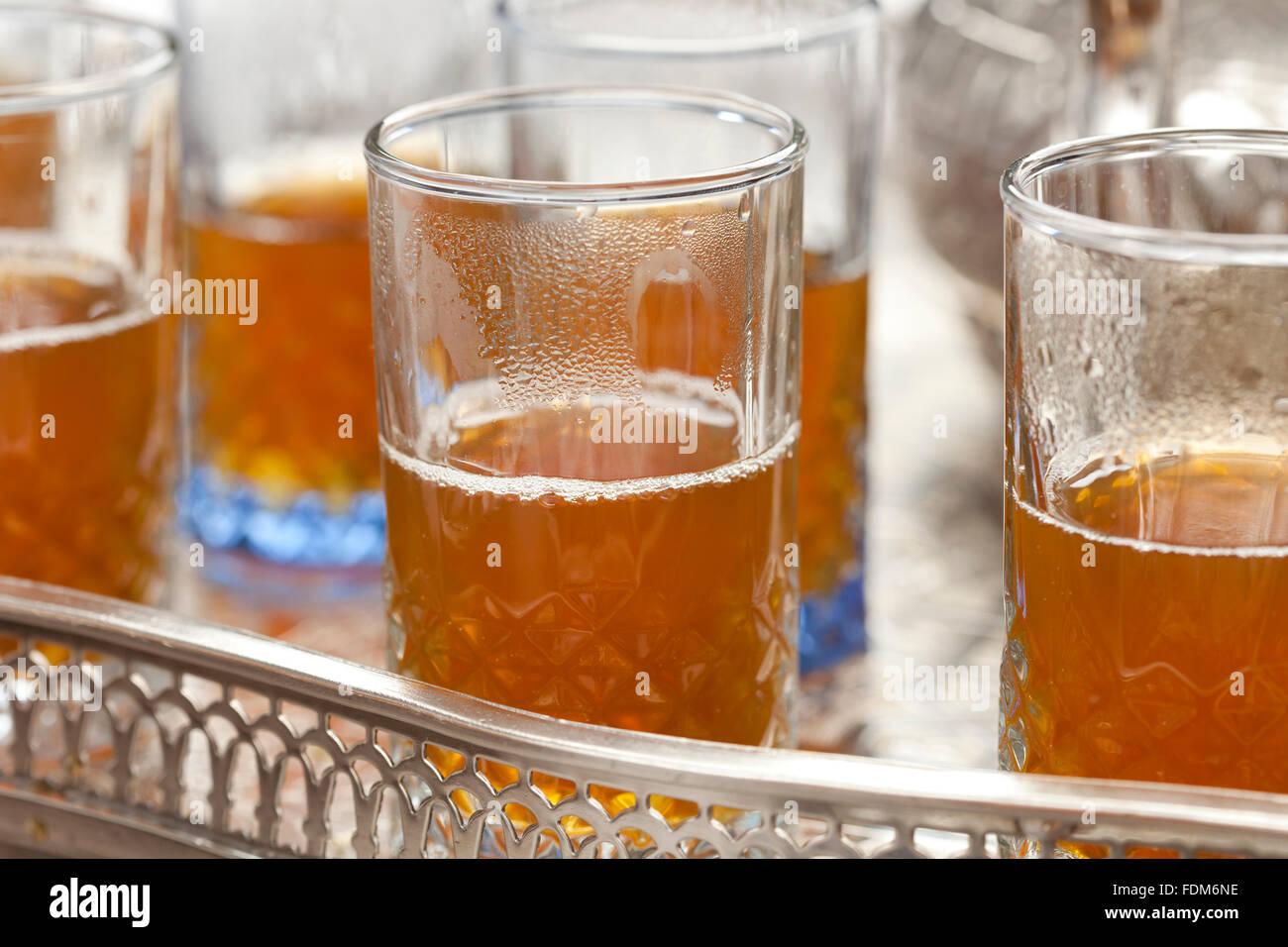 Thé marocain traditionnel, dans les verres sur un plateau Photo Stock