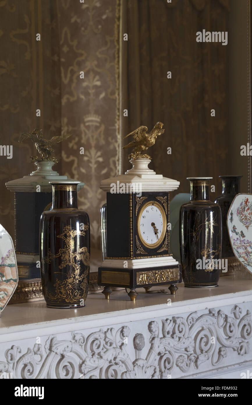 De Style Empire En Marbre Noir Et Blanc, Sur La Pendule De La Cheminée Dans  La Chambre Jaune à Belton House, Lincolnshire. Le Miroir Au Dessus De La ...