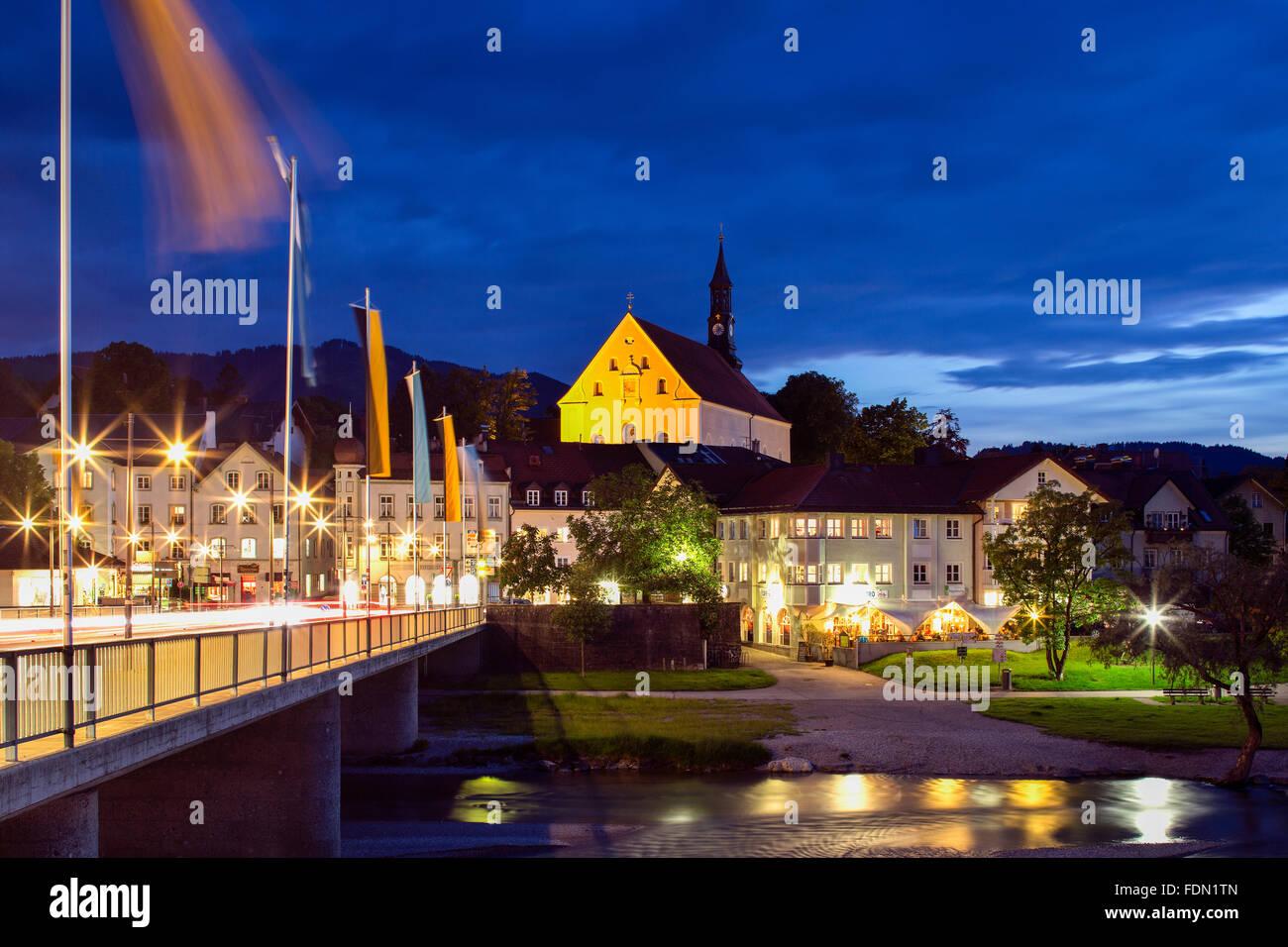 L'église Holy Trinity, crépuscule, Bad Tölz, Upper Bavaria, Bavaria, Germany Photo Stock