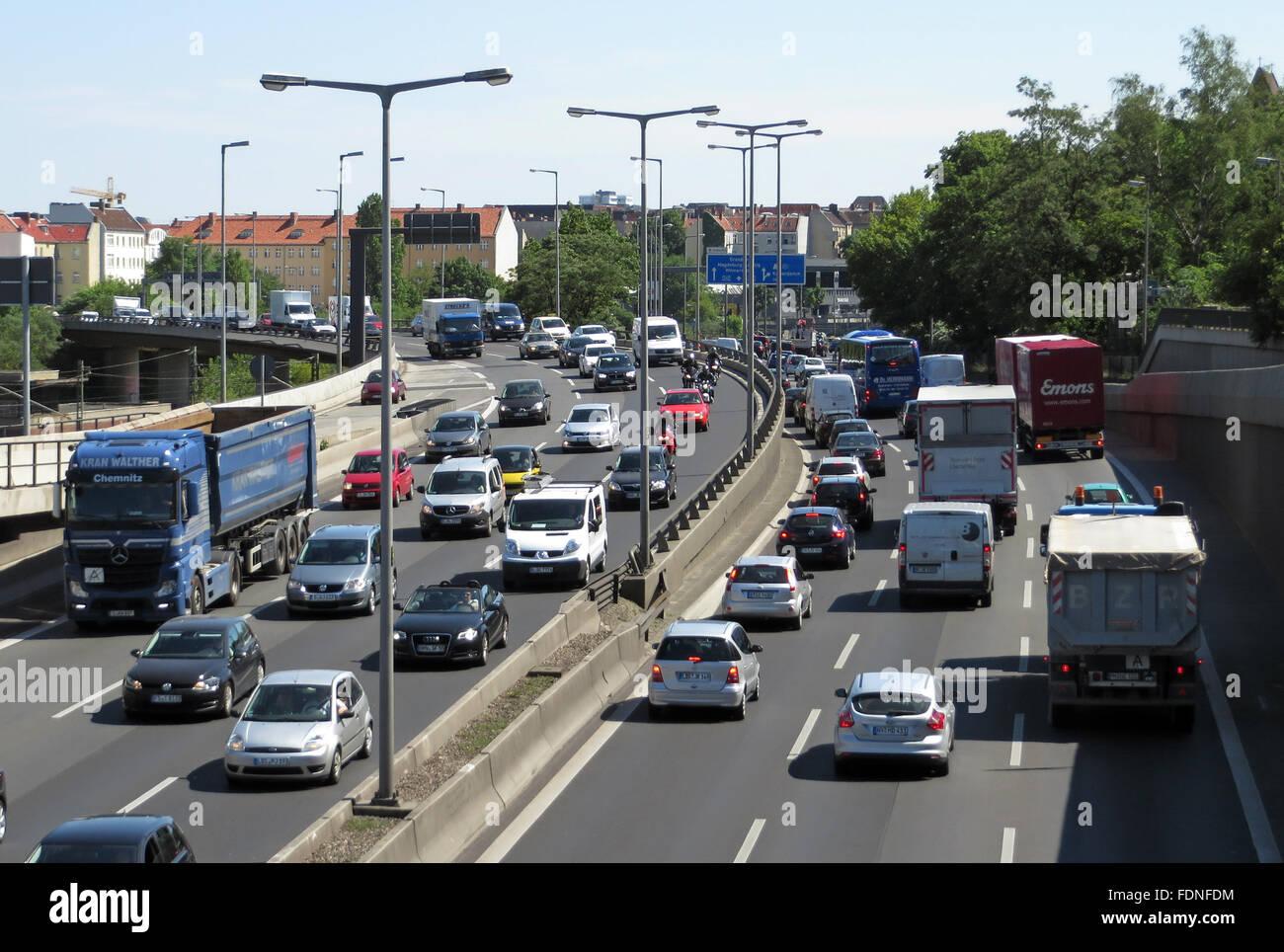 Berlin, Allemagne, l'heure de pointe sur l'autoroute A100 en hauteur Spandauerdamm Banque D'Images