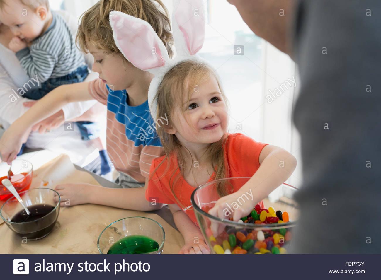 Jolie fille en oreilles de lapin souriant jusqu'père Photo Stock