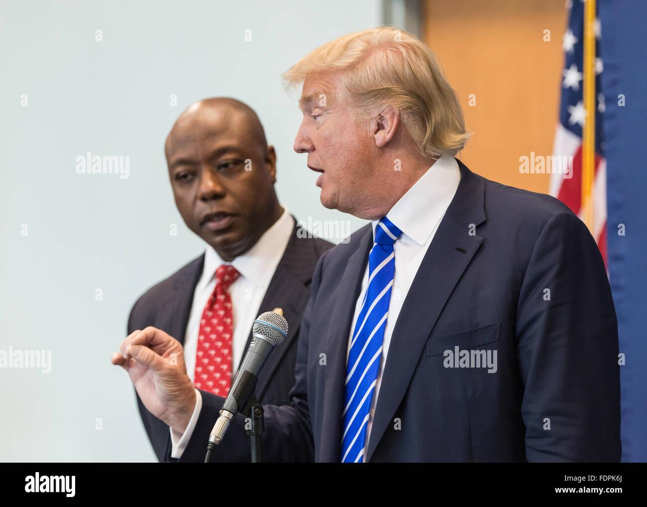 Columbia, Caroline du Sud - le 23 septembre 2015: Trump(R) parle à la presse avant son assemblée publique avec le sénateur Tim Scott. Banque D'Images