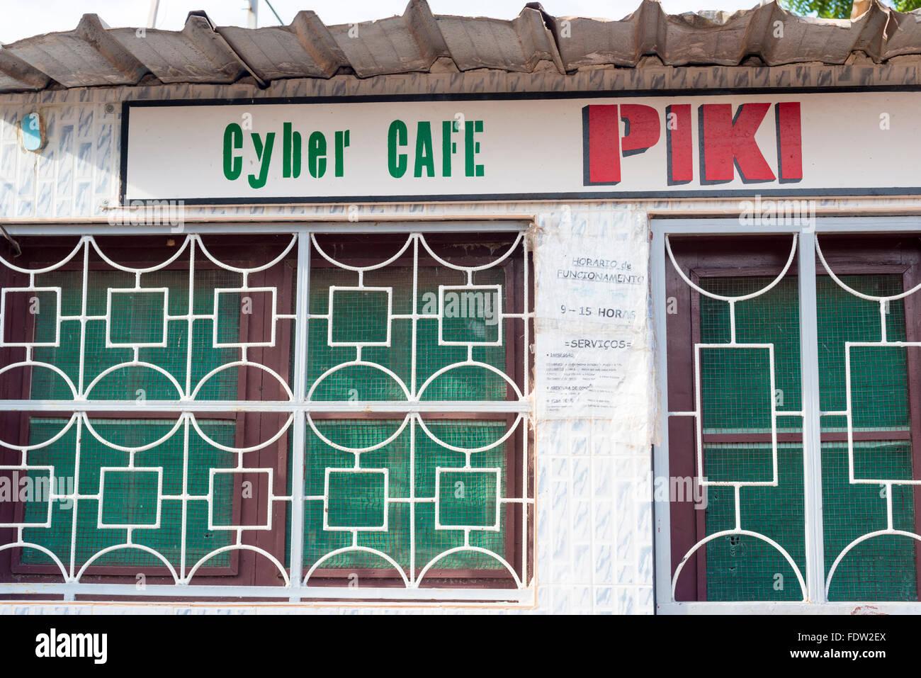 Un café internet de la ville de São Domingos dans le nord de la Guinée Bissau Photo Stock
