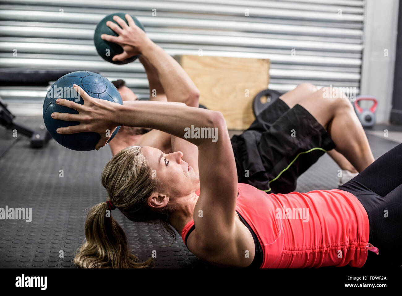 Monter couple exercice balle abdominale Photo Stock
