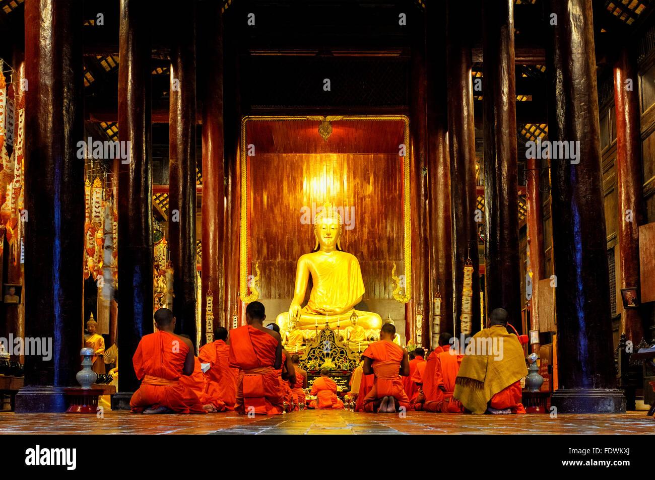 Moines priant dans Wat Phan Tao, Chiang Mai, Thaïlande Photo Stock