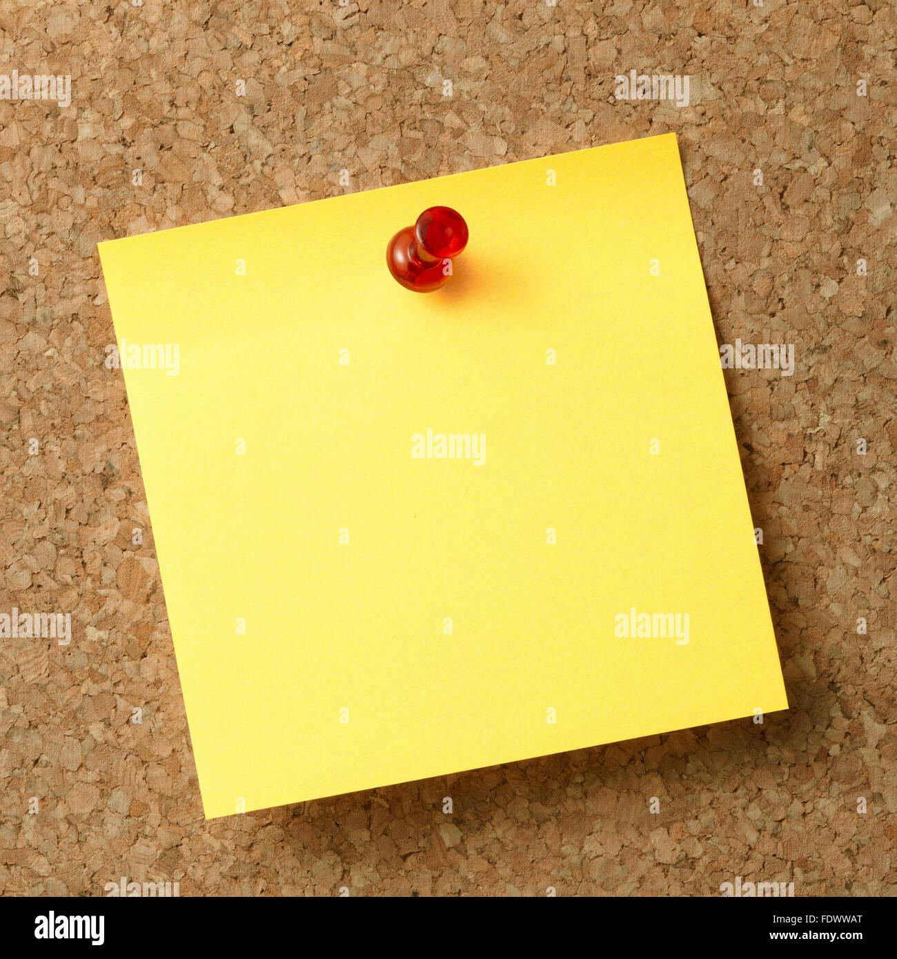 Note de rappel avec broche rouge sur newsboard. Photo Stock