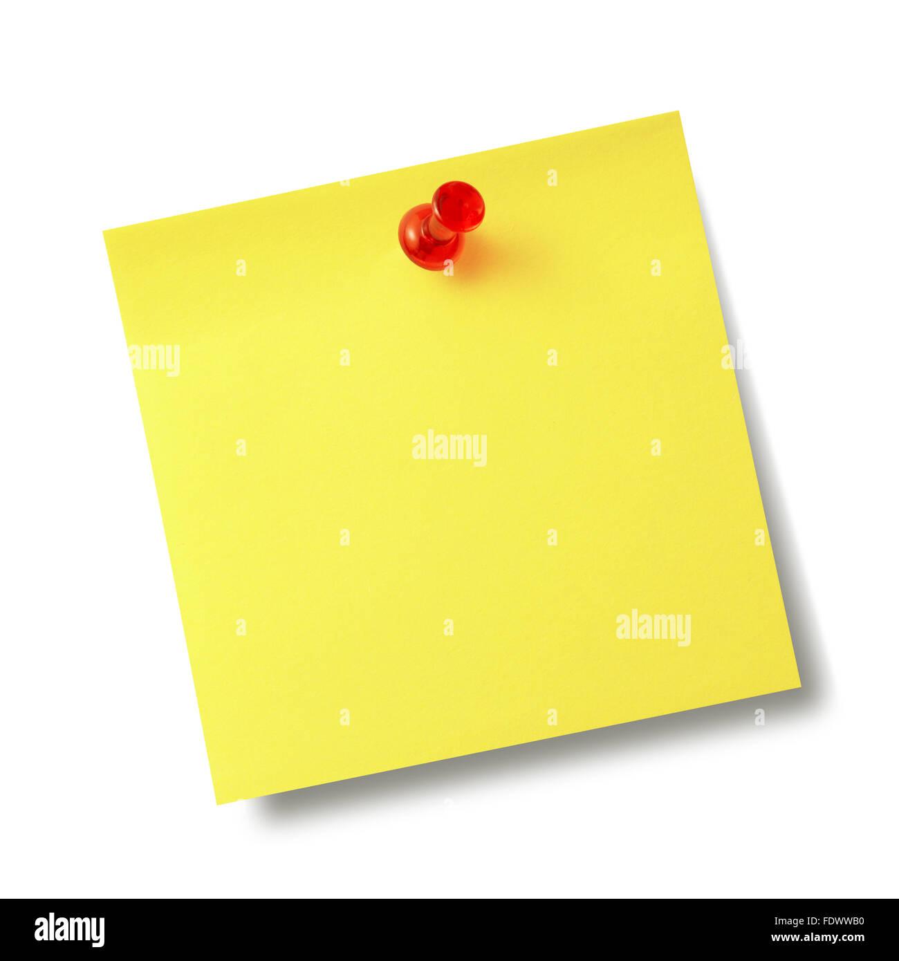 Note de rappel jaune avec broche rouge isolé sur fond blanc. Photo Stock
