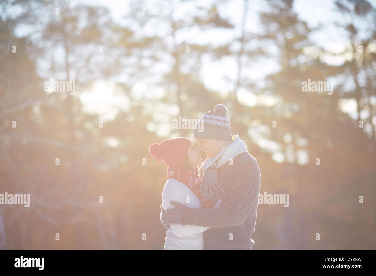 Les jeunes debout valentines nez à nez dans l'environnement naturel Photo Stock