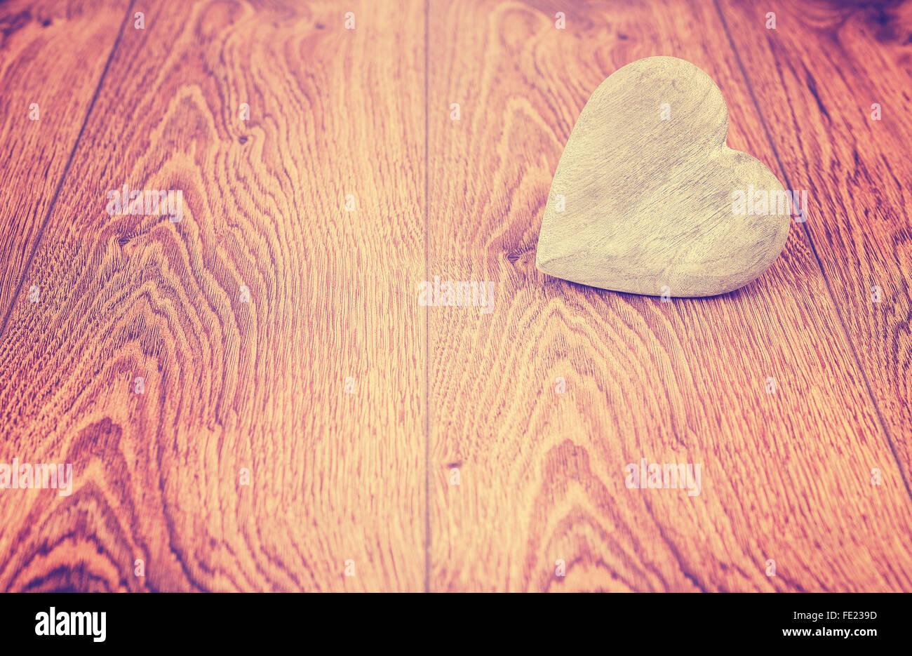 Vintage coeur stylisé sur les planches de bois, de l'espace pour le texte. Photo Stock