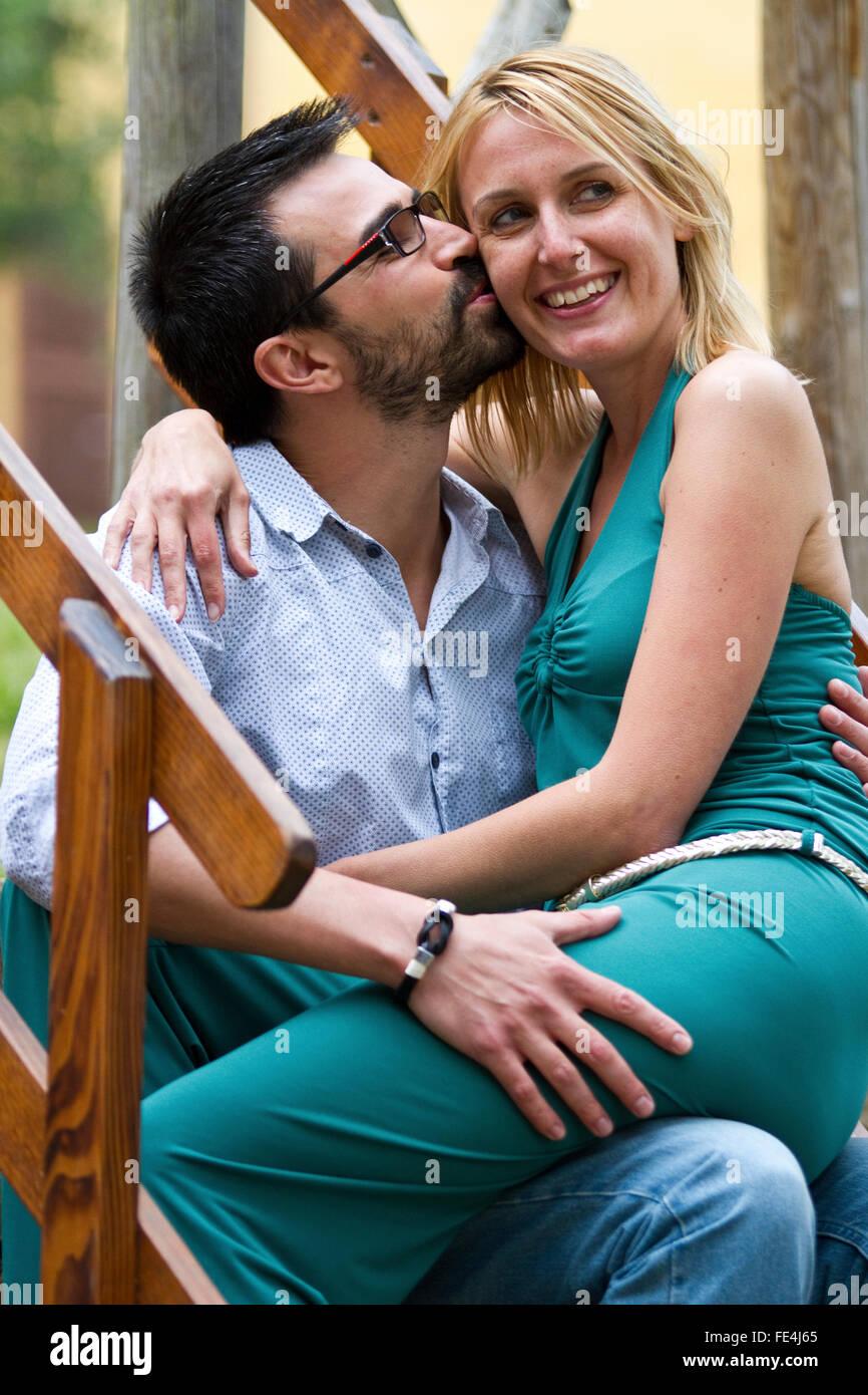 L'homme s'embrasser sa femme Photo Stock